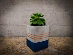 עציץ-בטון---סדנת-בטון--כחול-כהה-עם-פסים.