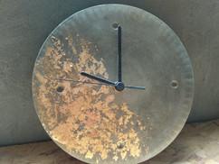 שעון מבטון מוזהב