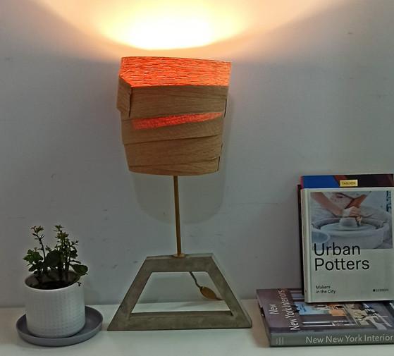 מנורת בטון ועץ