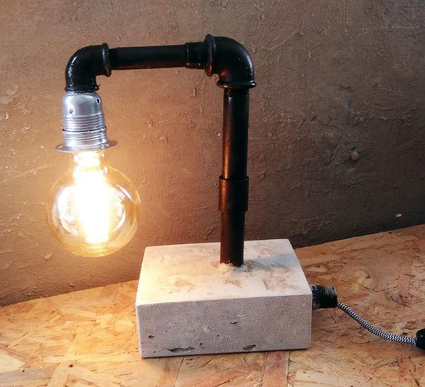 גוף תאורה מבטון עם צינורות