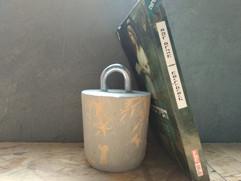 מעצור ספרים מבטון -אבזם ברזל