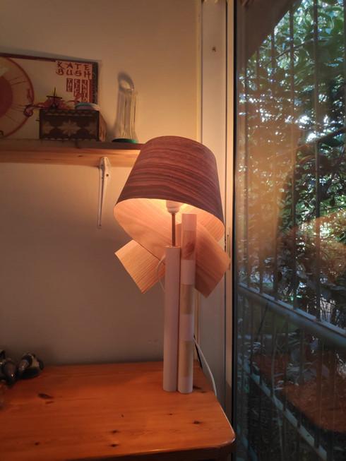 מנורת-שולחן--עיצוב-גופי-תאורה-מעץ---סדנת