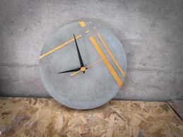 שעון בטון - פסים גאומטריים זהב