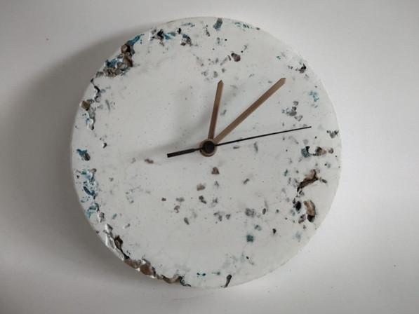 שעון בטון לבן עם גרנוליט | עיצוב בבטון