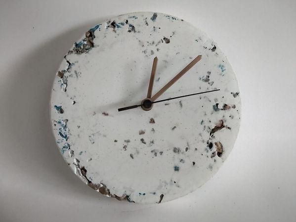 שעון בטון לבן עם גרנוליט   עיצוב בבטון