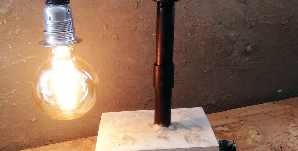 מנורת שולחן מבטון עם צינורות מעוצבים