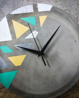 שעון-בטון-גאומטרי-צבעוני-סדנת-בטון.jpg