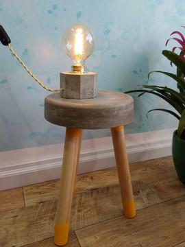 מנורת בטון מתומן על שרפרף בטון.jpg