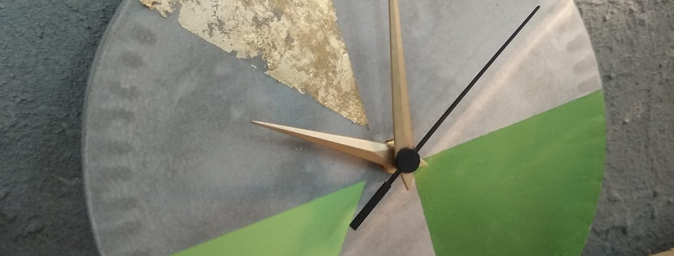 שעון בטון -  גווני ירוק ופתיתי זהב