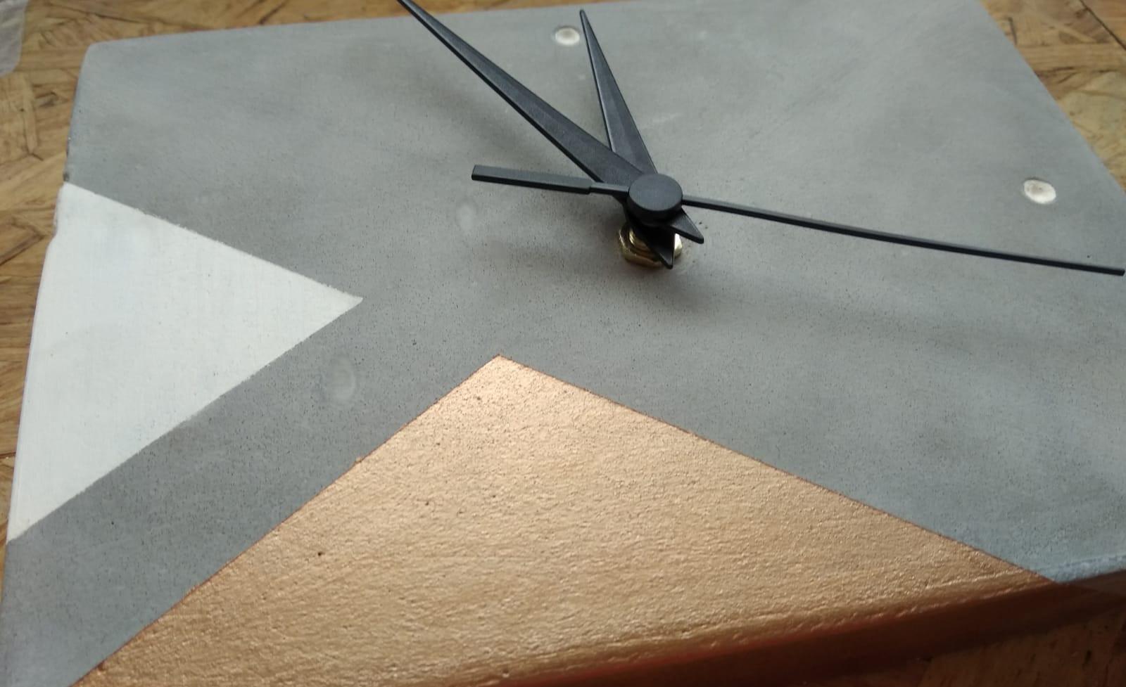 שעון בטון | עיצו בבטון | סדנאות יצירה בבטון