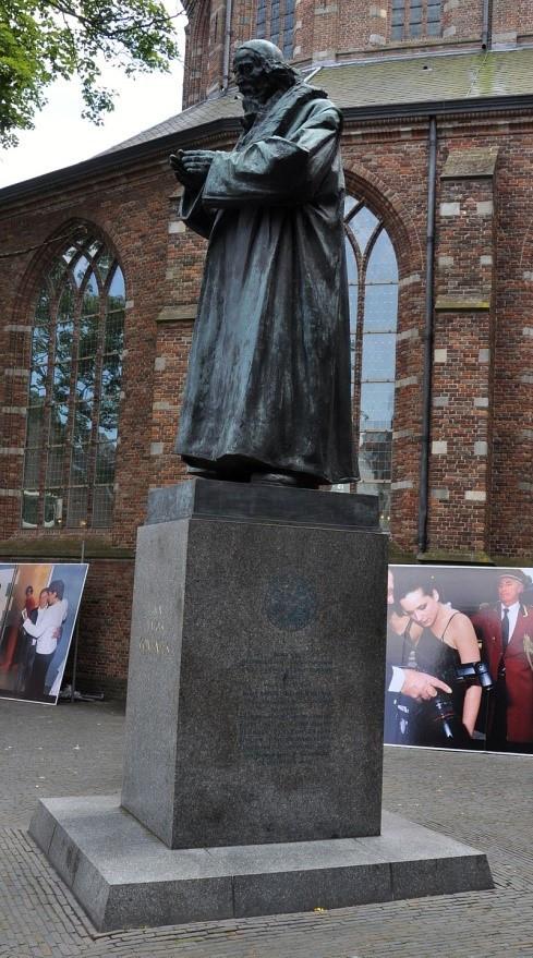 Standbeeld van Comenius naast de Grote Kerk te Naarden.