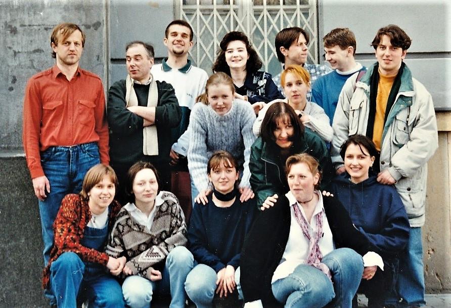 Paul van den Heuvel met zijn eerste generatie neerlandici in Bratislava (Marketa in het midden achteraan)