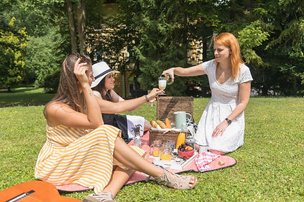 Girls2_food_ilovemycitykiev_picnic.jpg
