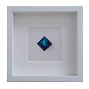 Abyss Drop, wearable Art 2018. Spilla gioiello in cornice d'artista, Laser smalti e vernici su Plexiglas, 25x25cm.