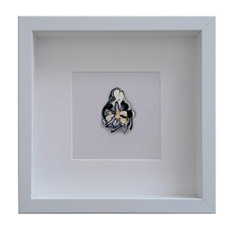Concita, wearable Art 2018. Spilla gioiello in cornice d'artista, Laser smalti e vernici su Plexiglas, 25x25cm.