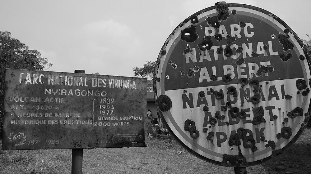 Zerschossene Schilder am Eingang zum Virunga-Nationalpark
