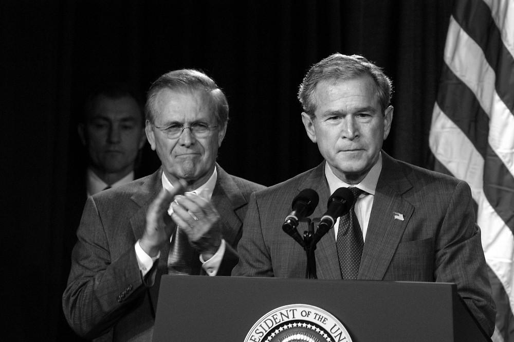 Präsident George W. Bush und Verteidigungsminister Donald Rumsfeld