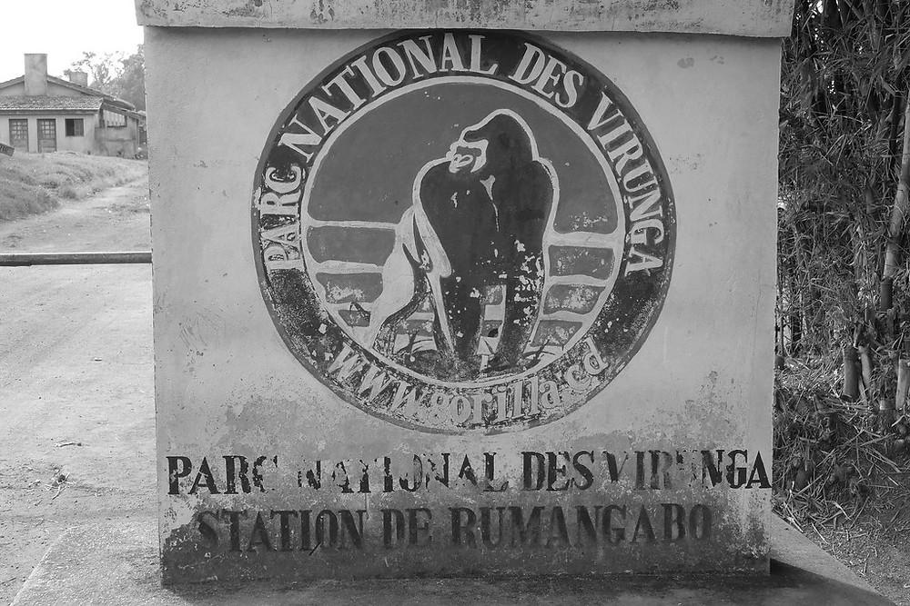 Logo des Virunga-Parks am Eingang des Parks in Rumangabo