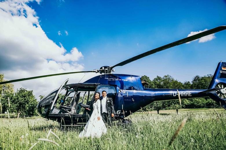 Brautpaarportrait mit Hubschrauber