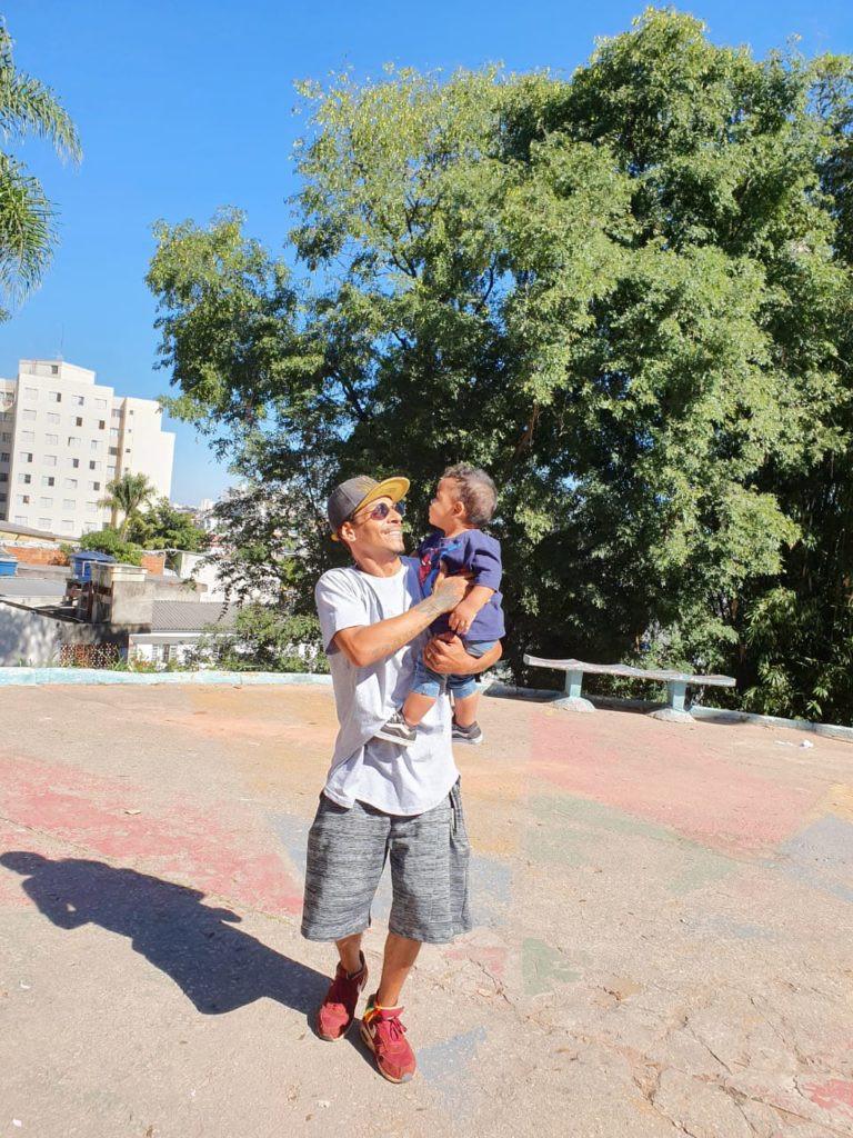 Anderson Professor de dança, ele nasceu com HIV e perdeu seus pais quando ainda era criança.