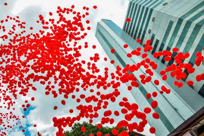 Balões vermelhos soltados na Avenida Doutor Arnaldo no Dia Mundial de Combate à Aids (Alexandre Carvalho/Fotos Públicas/Divulgação)
