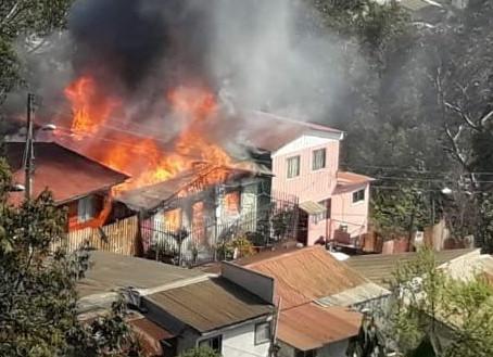 INCENDIO AFECTÓ A VIVIENDA UBICADA EN EL CERRO LOS PLACERES DE NUESTRA CIUDAD