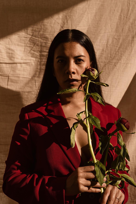 Selbstporträt Jill Abanico mit Pfingstrose