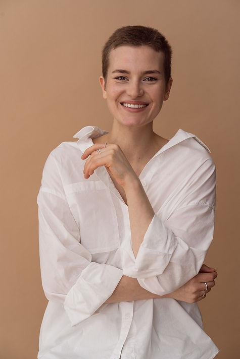 Portraitfotografie Frau mit Kurzhaarschnitt laechelt