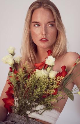 Blonde-Frau-mit-roten-und-weissen-Blumen