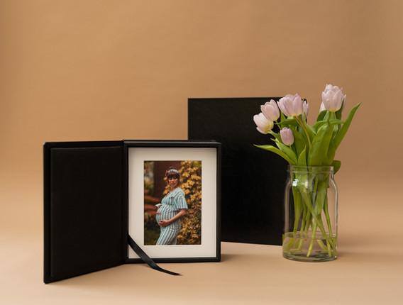 Folio-Boxen mit Portraitfotos in Passepartouts
