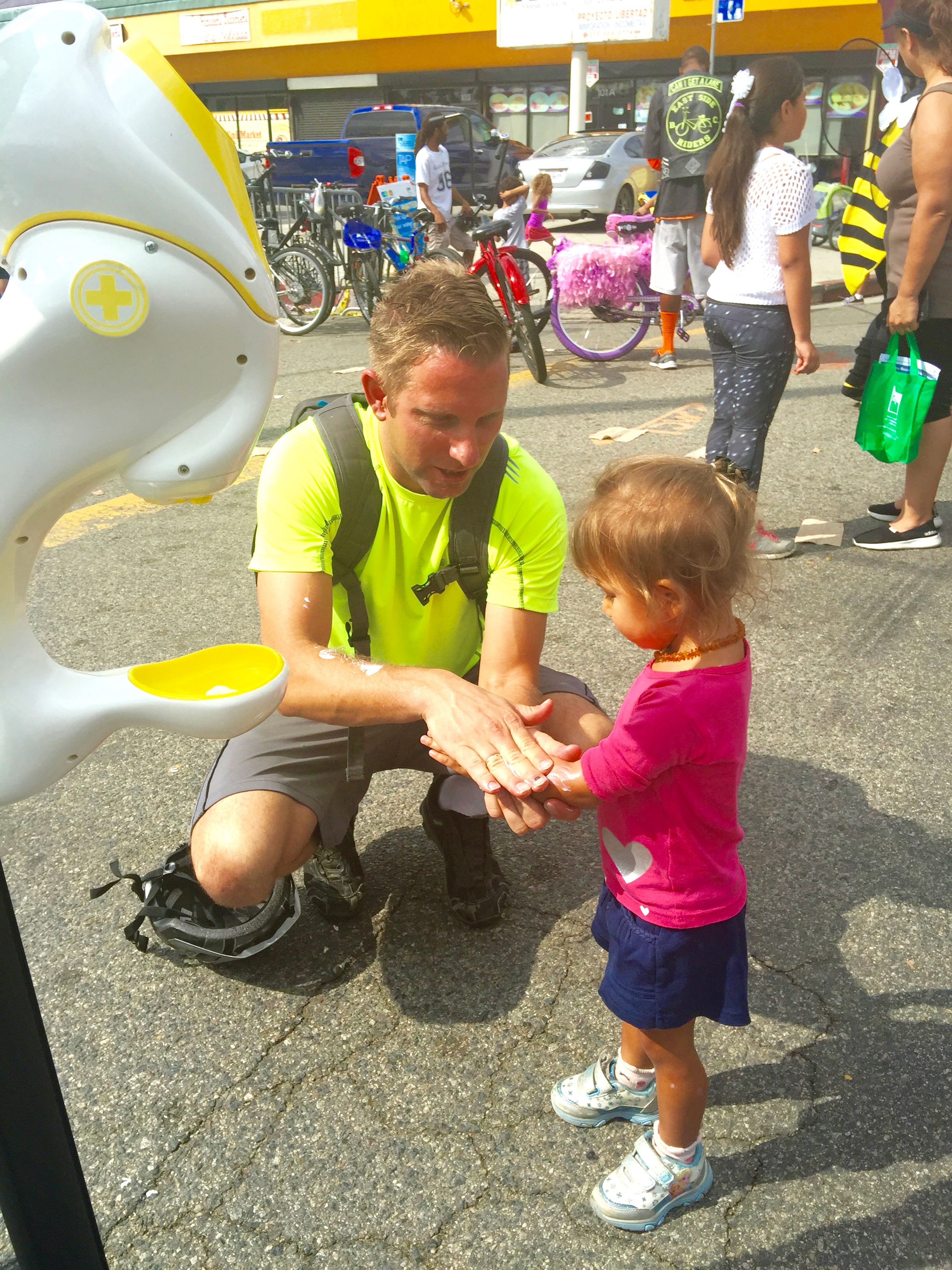 Sunscreen-Dispenser-Man-Daughter-Ciclavia-sun-shield
