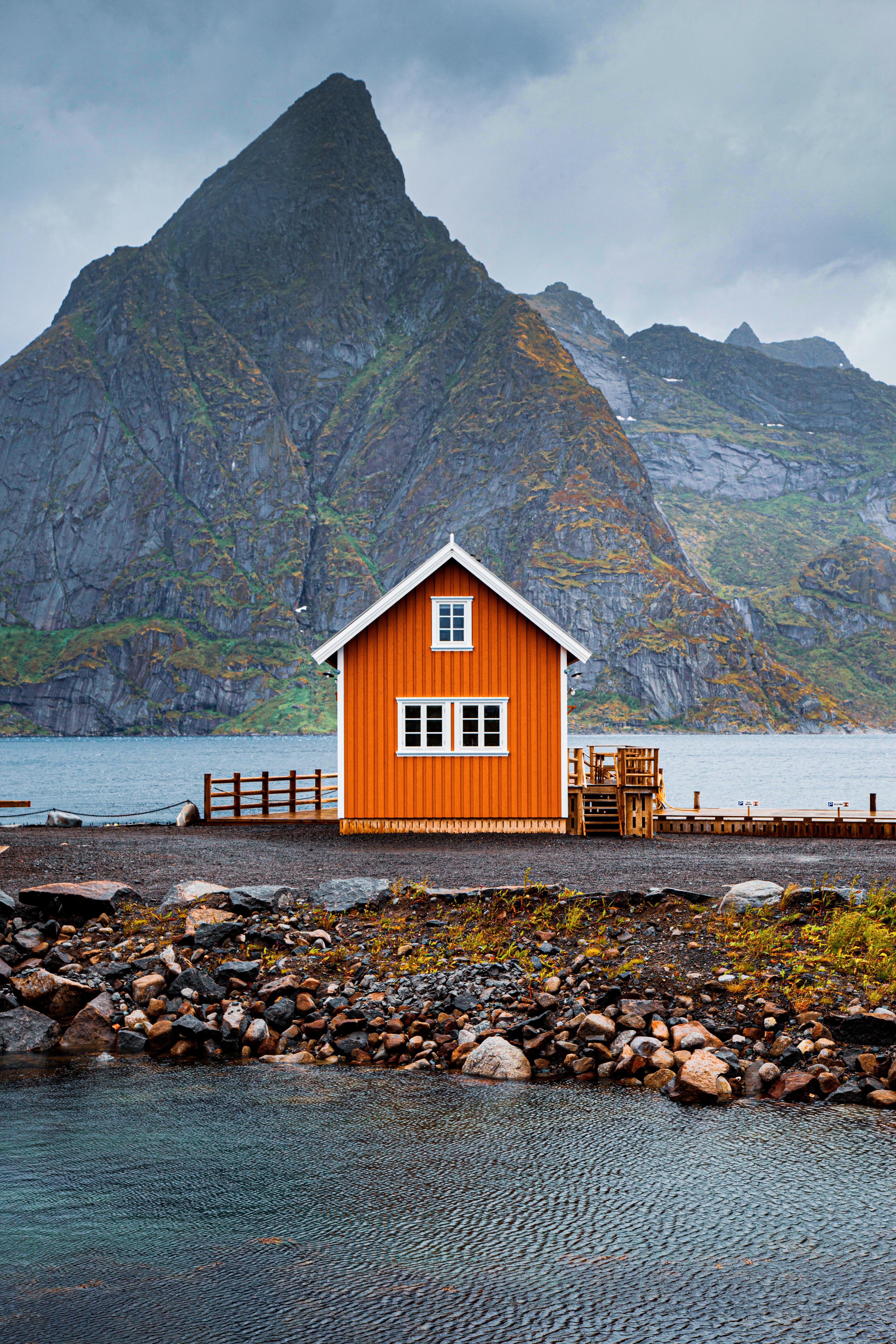 Sakrisøy Hut