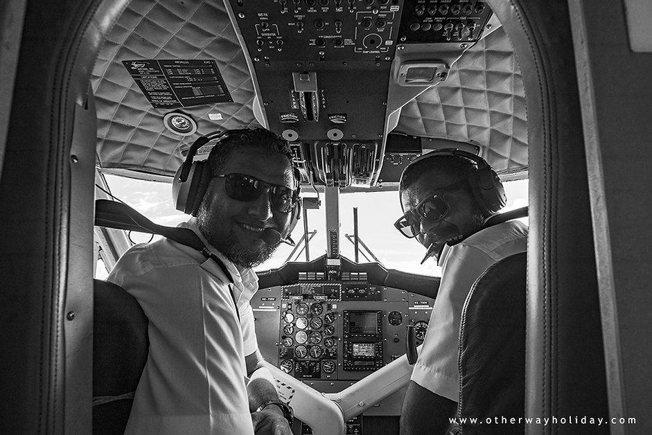 Maledivští piloti v akci, kokpit hydroplánu, Maledivy