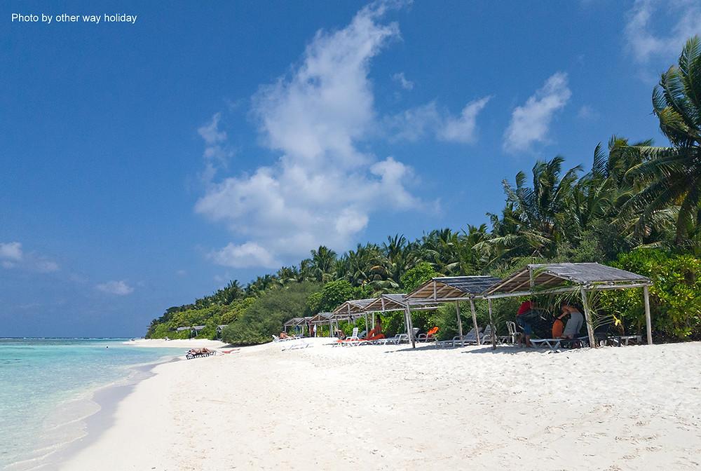 Bikini pláž na Thinadhoo na Vaavu atolu. Maledivy.