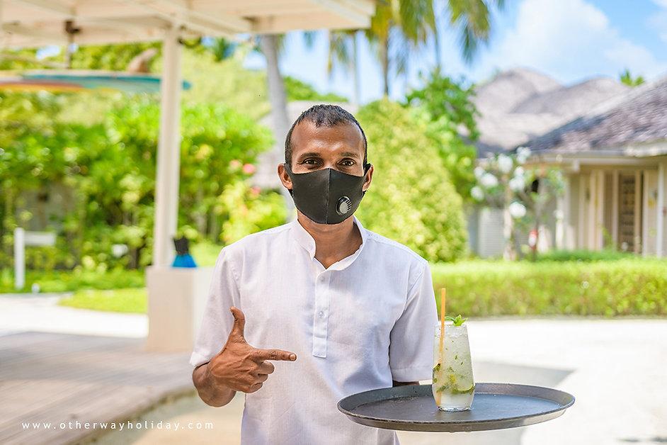 Číšník s rouškou, covid-19, Maledivy
