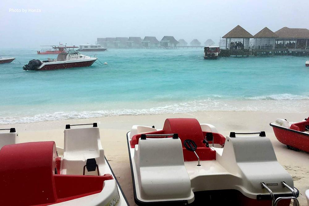 Maledivy - Centara Grand - deštivý den