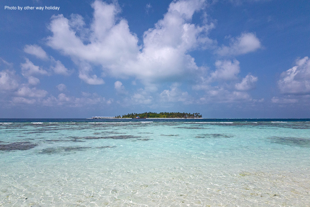 Bikini pláž na Thinadhoo a výhled na protější ostrov. Vaavu atol na Maledivách.