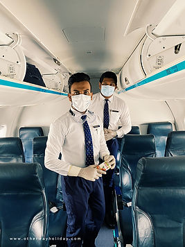 Posádka letadla s rouškou, covid-19, Maledivy