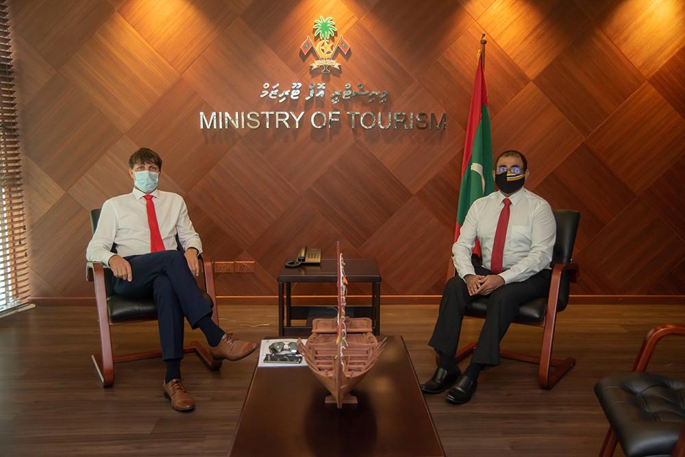 Schůzka honorárního konzula Jaromíra Kalčice s maledivským ministrem cestovního ruchu Dr. Abdullah Mausoom.