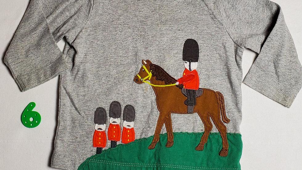 camiseta, con figuras bordadas de soldaditos