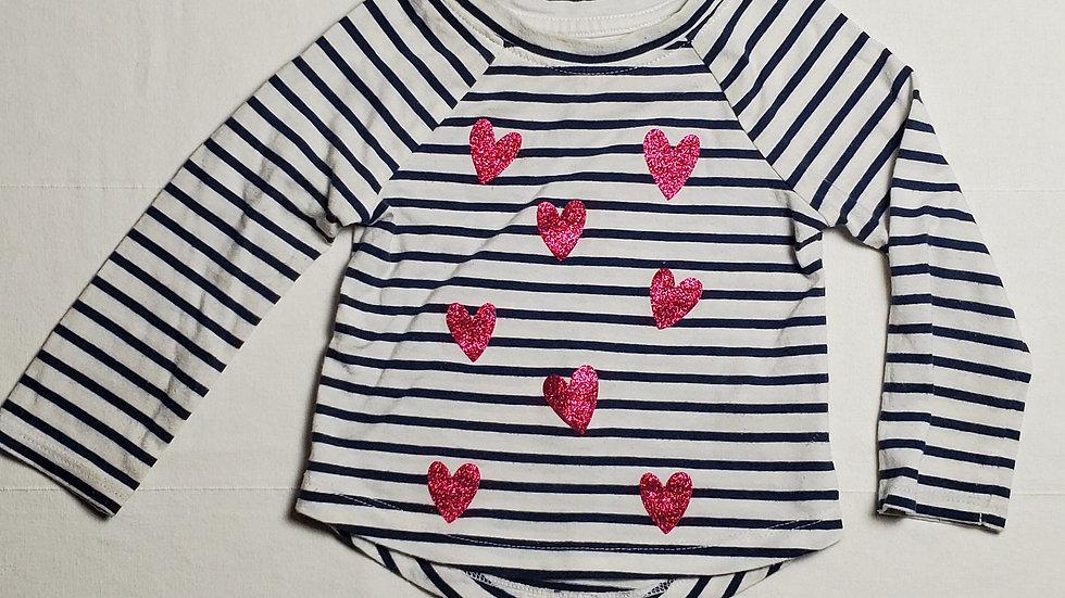 camisablanca con rayas azul y corazones rojos