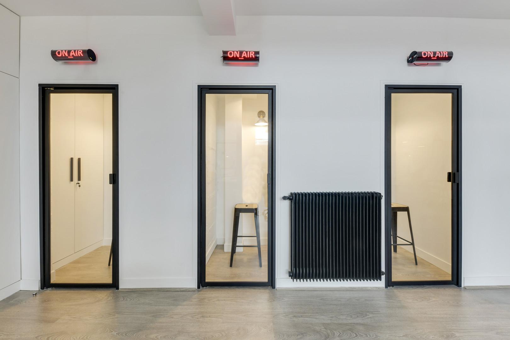 Phonebooths qui permettent de s'isoler pour garantir la confidentialité et des échanges et un faible volume solaire dans l'espace de coworking