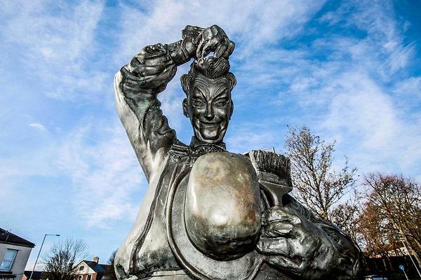 Stan Laurel statue.jpg