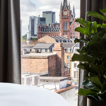 This duplex apartment, located on the top floor, at the front of the building, has the loveliest view on the Kings Cross – St Pancras station.