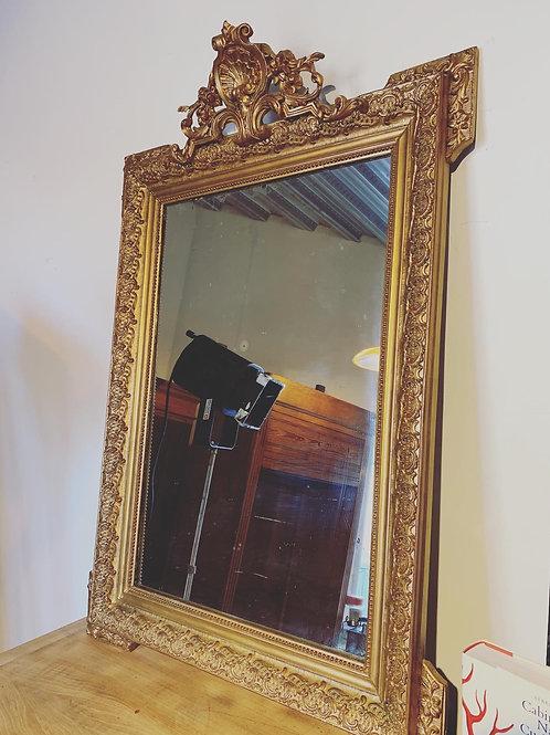 Miroir doré en bois et stuc, style Rocaille, du début du Siècle