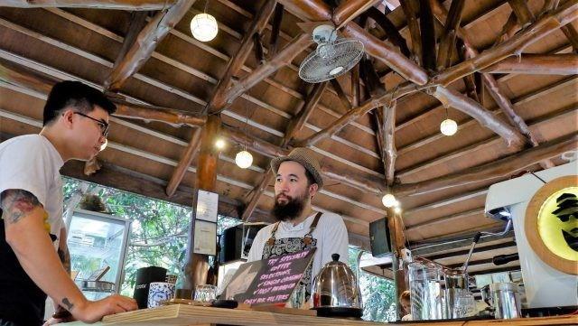 Ralph Alfonso của Coffee Madness bàn luận về cà phê với huấn luyện viên trưởng Barista Coffee Roaster (SG), Lucky Salvador.  Hình ảnh: Nathaniel Soque