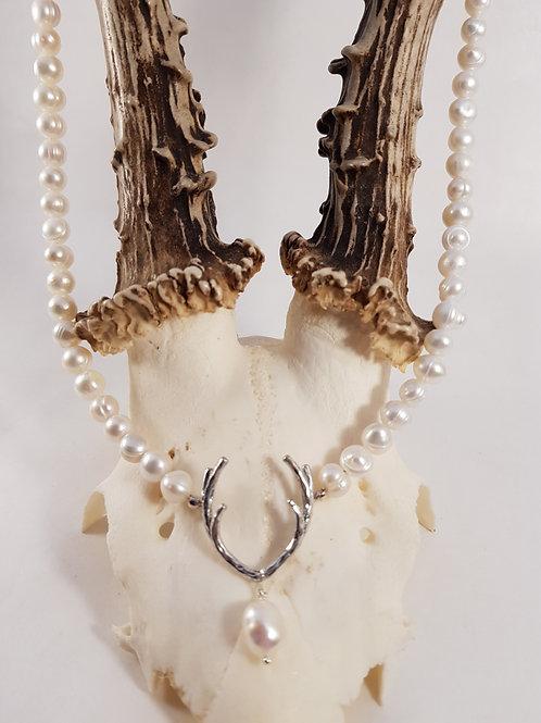 Weisse Perlenkette mit Hirschgeweih