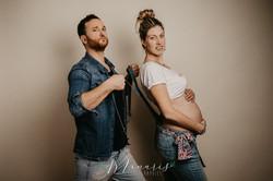 Photographie originale et drôle de grossesse en studio