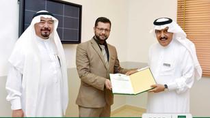 مدير عام مدارس فقيه يكرم نائب مدير مركز الشيخ فقيه للبحث العلمي