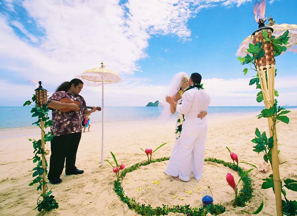 Hawaiian Ukulele with the couple the first dance at Lanikai beach